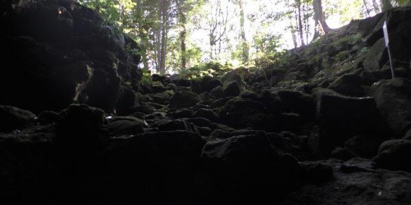 駒門風穴の入り口-下から撮影-
