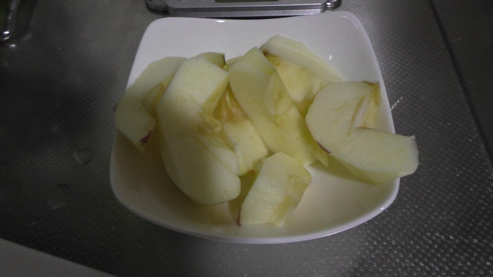 リンゴ食べる