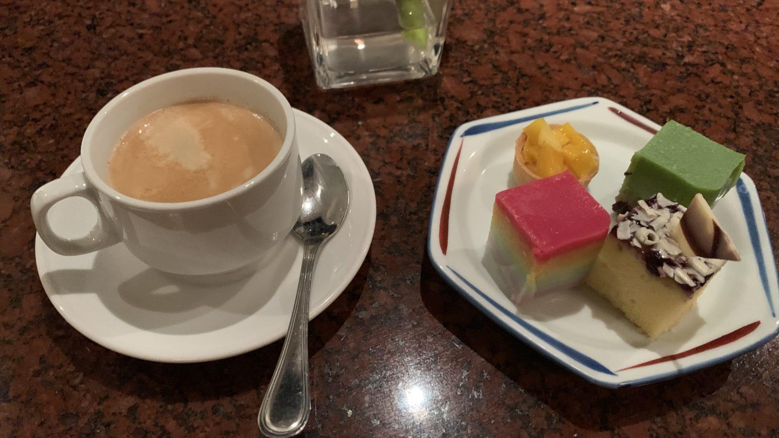 イスタナホテルクアラルンプール-ケーキとコーヒー
